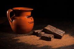 Опарник горячего шоколада и традиционного мексиканского бара шоколадов Оахака Мексики на черной предпосылке Стоковые Изображения