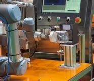 Опарник еды робота поднимаясь, который нужно просмотреть стоковое изображение