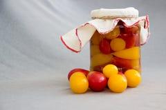 Опарник законсервированных томатов на серой предпосылке Стоковые Фото