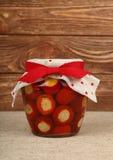 Опарник замаринованных перцев сыра заполненных на таблице Стоковое Фото