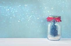 опарник каменщика с рождественской елкой Верхний слой shimmer яркого блеска стоковое фото rf