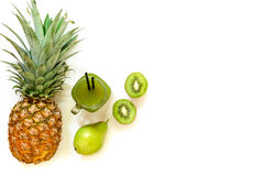 Опарник кивиа, ананаса, сока груши изолированного на белизне и ингридиентов Стоковое Изображение