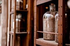 Опарник кофейных зерен в магазине coffe Стоковая Фотография RF