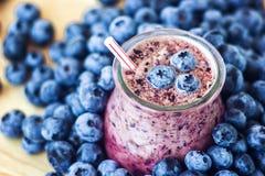 Опарник красивого молочного коктейля smoothie плодоовощ голубики закуски стеклянный с сочным свежим коктеилем югурта взгляд сверх Стоковая Фотография