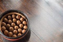Опарник кубинских сигар на таблице твёрдой древесины Стоковое Фото