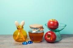Опарник меда, яблоки и ваза гранатового дерева на деревянном столе Еврейское торжество Rosh Hashana праздника Стоковое фото RF