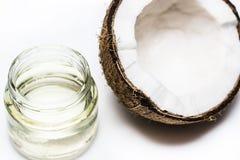 Опарник расплавленных кокосового масла и кокса на белой предпосылке Стоковое Изображение RF