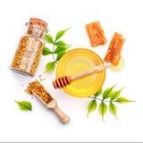 Опарник свежих меда, сота и цветня на белой предпосылке Стоковые Изображения