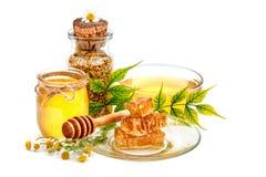 Опарник свежих меда, сота и цветня на белой предпосылке Стоковое фото RF