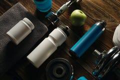 Опарник серой плиты гантели бутылки встряхивания протеина полотенца белый с wh Стоковое фото RF