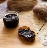 Опарник с вареньем и хлебом Стоковое Фото