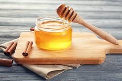Опарник с золотыми медом и циннамоном Стоковые Фото