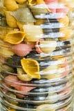 Опарник с красочными макаронными изделиями - близким поднимающим вверх взглядом Стоковая Фотография RF