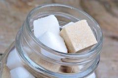 Опарник с кубами сахара стоковое изображение