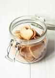 Опарник с печеньями сердец на белом деревянном столе Стоковое Изображение