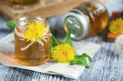Опарник с сиропом цветков одуванчика стоковое изображение