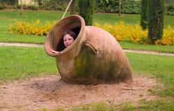 опарник девушки глины Стоковая Фотография