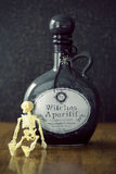 Опарник Apothecary brew ведьм с черепом Стоковые Изображения RF