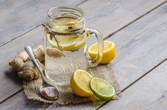Опарник maison с чаем имбиря и лимона на деревянной предпосылке Стоковая Фотография RF