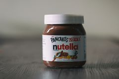 Опарник Nutella na górze деревянного стола стоковые изображения rf