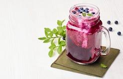 Опарник smoothie голубики с ягодами и листьями зеленого цвета Стоковое фото RF