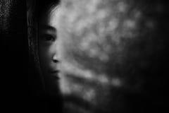 Опасайтесь девушка пряча за занавесом с краем тени стоковые фотографии rf