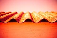 Опасная деталь крыши азбеста - тонизированное изображение стоковое изображение rf