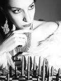 Опасная женщина играя шахмат с пулями Стоковая Фотография