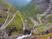 Опасная змейчатая дорога Trollstigen горы, Норвегия Стоковое Изображение