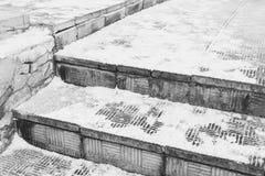Опасная каменная лестница под снегом в зиме стоковая фотография rf
