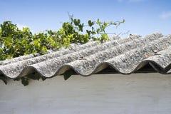 Опасная крыша азбеста Стоковое Фото