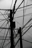 Опасное электричество привязывает опору стоковое изображение