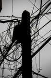 Опасное электричество привязывает опору стоковые изображения