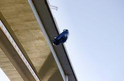 Опасность, автомобиль падая от моста, небылица, реальность Стоковое Изображение