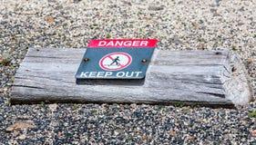 опасность держит вне знак Стоковые Фото