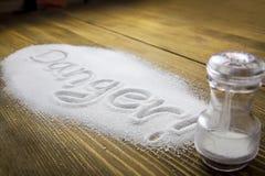 Опасность опасность для здоровья слишком много †соли « стоковая фотография rf