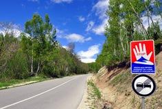 Опасность дороги и знаков уличного движения весны лавины стоковое изображение rf