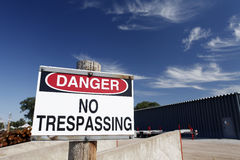 Опасность отсутствие Trespassing знака Стоковые Изображения RF