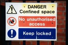 опасность подписывает предупреждение Стоковые Фотографии RF