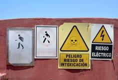 Опасность подписывает внутри испанский язык Стоковая Фотография RF