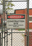 Опасность, предупредительный знак строительной площадки на строительной площадке Стоковое Изображение RF