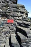 Опасно взобраться на исторической средневековой стене городка окружая городок Conwy Стоковые Изображения