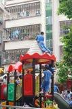 Опасно к детям, играя вверху здание Стоковая Фотография