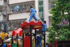 Опасно к детям, играя вверху здание Стоковые Изображения