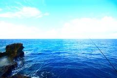 Опасные скалы и красивое море Японии стоковые изображения