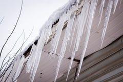 Опасные сосульки в крыше дома Стоковые Изображения RF
