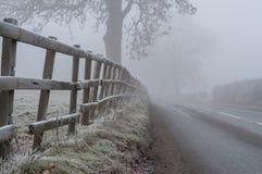 Опасные условия дороги в тумане и заморозке Стоковая Фотография RF