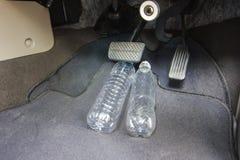 Опасный - бутылка с водой прикрепленная к тормозу стоковая фотография
