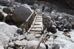 Опасный деревянный пешеходный мост в Thokla, треке базового лагеря Эвереста, Непале стоковое фото