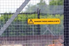 Опасный животный знак на загородке Стоковые Фото